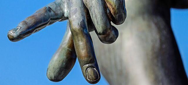 Estatua señalando con el dedo.